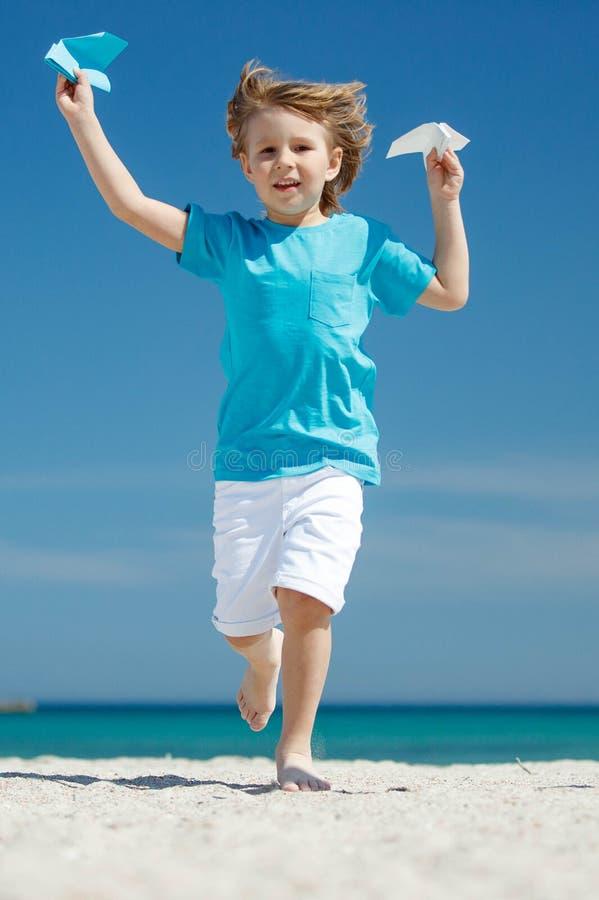 Dziecko wszczyna samolot zdjęcie stock