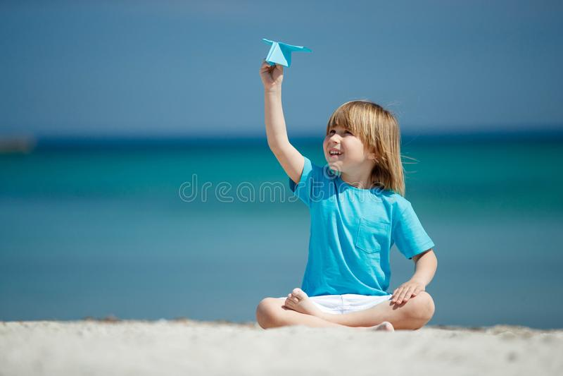 Dziecko wszczyna samolot zdjęcia royalty free
