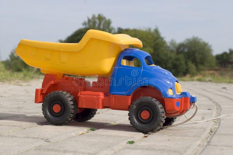 dziecko wysypiska drogowej zabawki do sunny ciężarówka zdjęcia stock