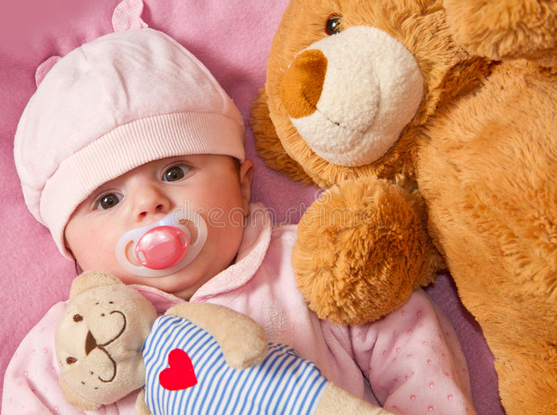 Dziecko z ââ¬â ¹ ââ¬â ¹ misiem zdjęcie stock