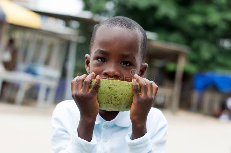 Dziecko z arbuzem na ulicie zdjęcie royalty free