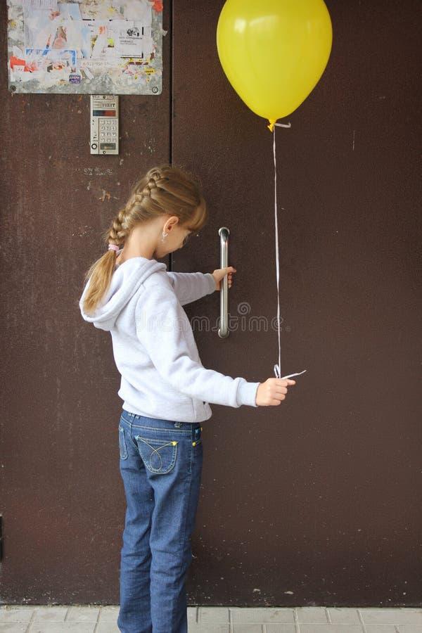 Dziecko z baloon przy drzwi 18596 obraz stock