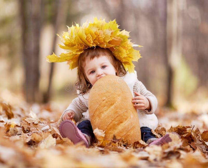 Dziecko z bochenkiem obrazy stock