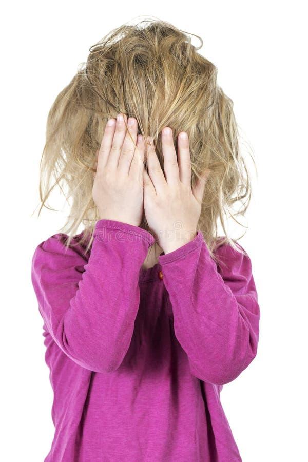 Dziecko z disheveled włosy zakrywał jego twarz zdjęcia royalty free