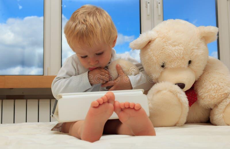 Dziecko z dotyka ochraniaczem obraz royalty free