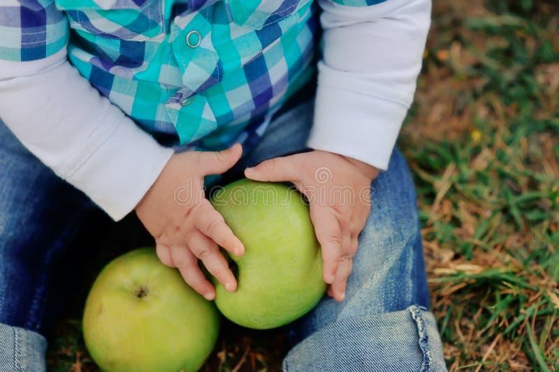 Dziecko z jabłkami obraz stock
