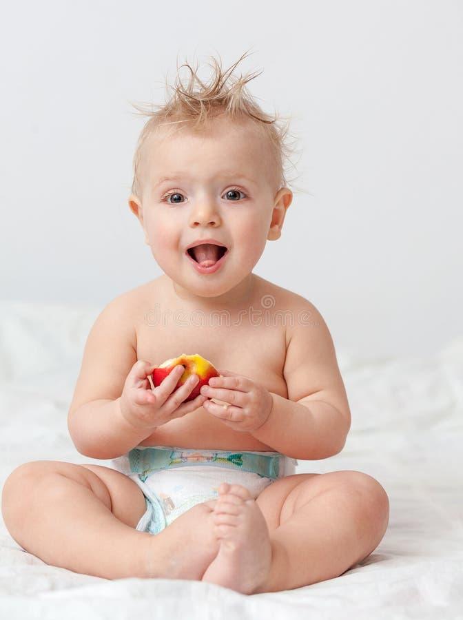 Dziecko z jabłkiem obraz stock