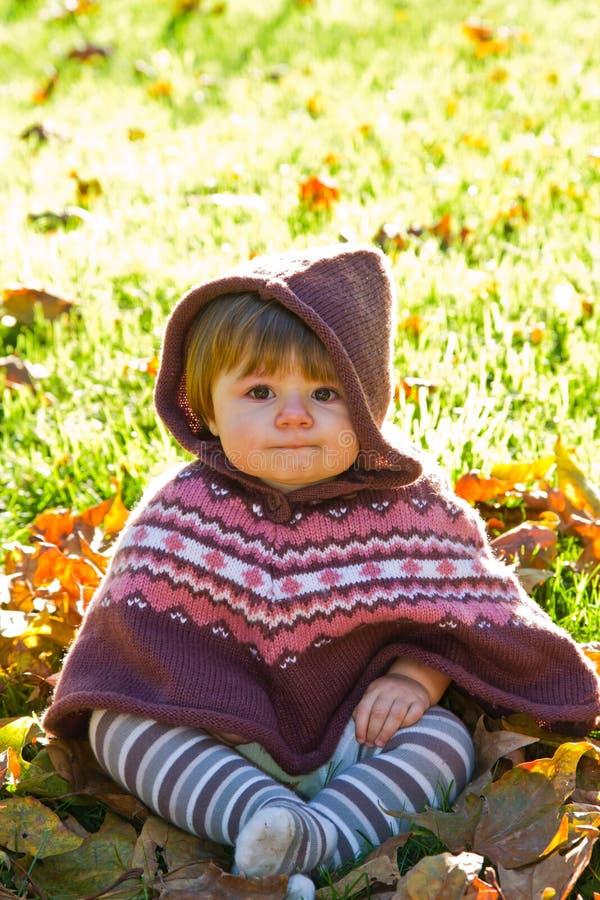 Dziecko z jesień liść obraz stock