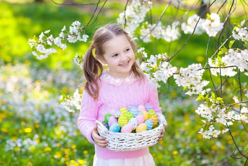 Dziecko z królików ucho na ogrodowym Wielkanocnego jajka polowaniu obrazy royalty free