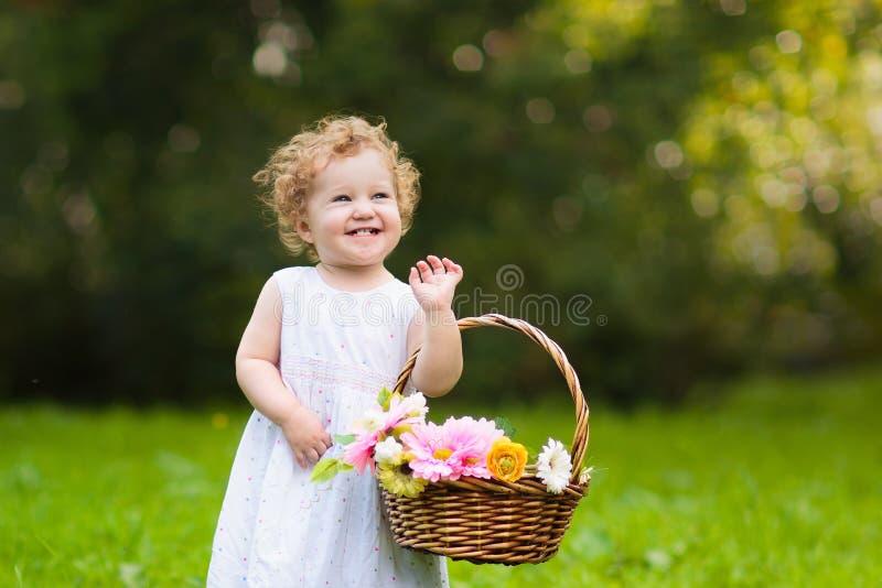 Dziecko z kwiatu koszem Dzieciaki przy ślubem obrazy royalty free