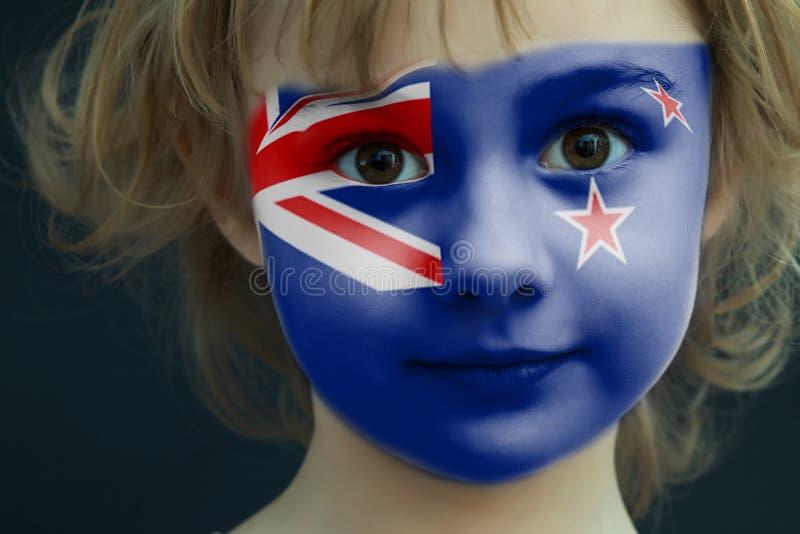 Dziecko z malującą flaga Nowa Zelandia zdjęcia stock
