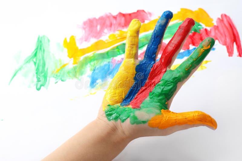 Dziecko z malującą palmą na koloru tle fotografia stock