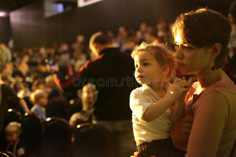 Dziecko z matką w kinie obrazy royalty free