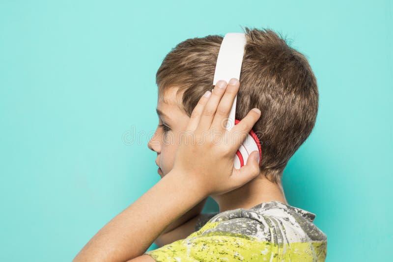Dziecko z muzycznymi hełmofonami obrazy royalty free