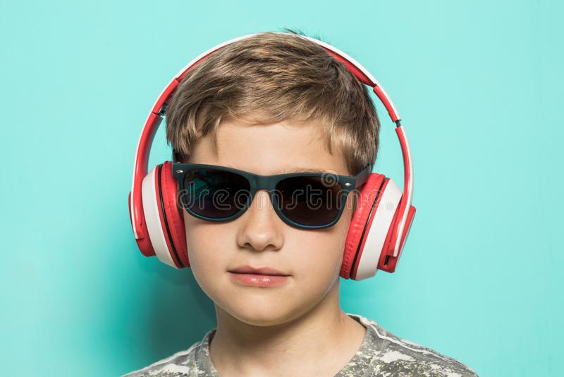 Dziecko z muzycznymi hełmofonami zdjęcie royalty free