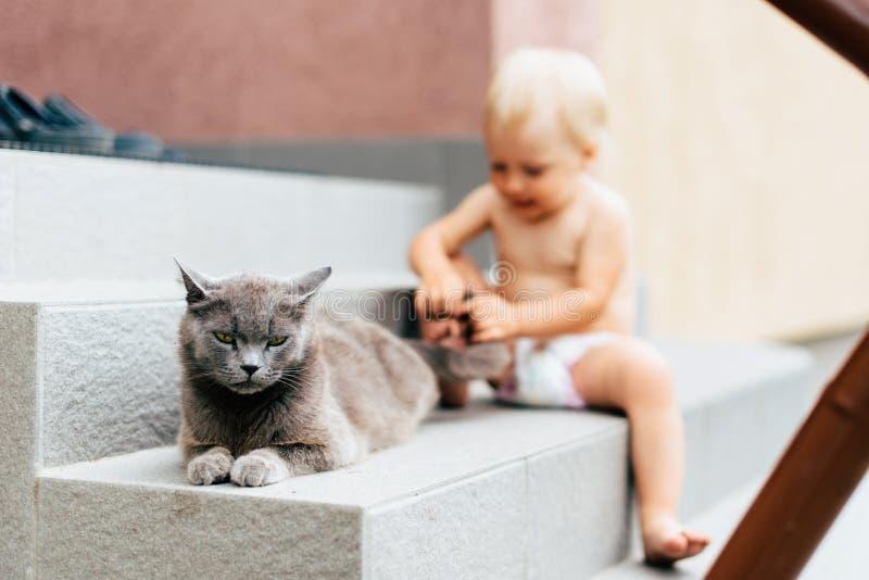 Dziecko z niebieskimi oczami bawić się w wiosce w lecie obrazy royalty free