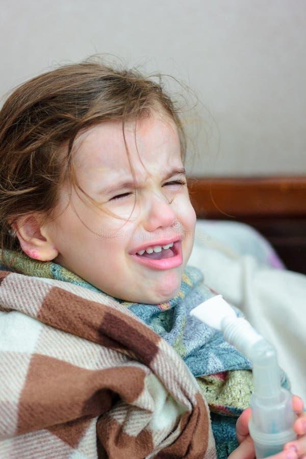 Dziecko z oddechową chorobą robi inhalaci z inhalatorem obrazy stock