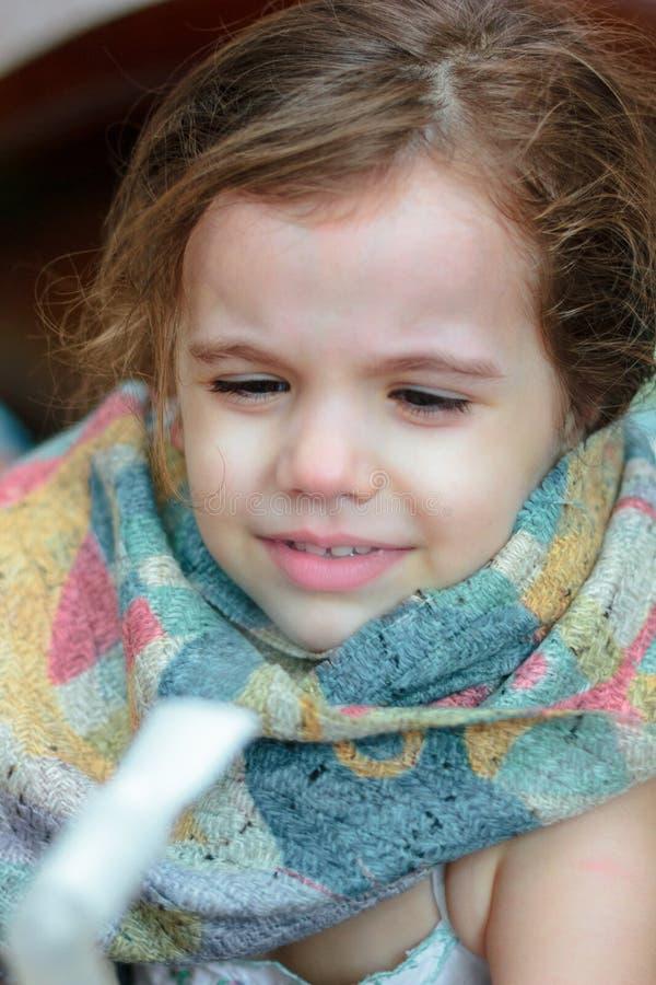 Dziecko z oddechową chorobą robi inhalaci z inhalatorem zdjęcie royalty free
