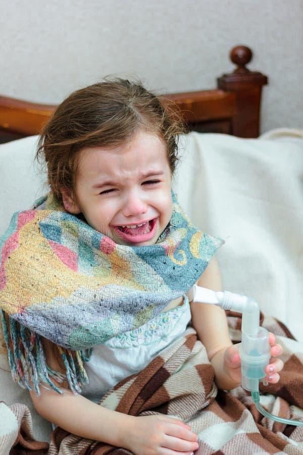 Dziecko z oddechową chorobą robi inhalaci z inhalatorem fotografia stock