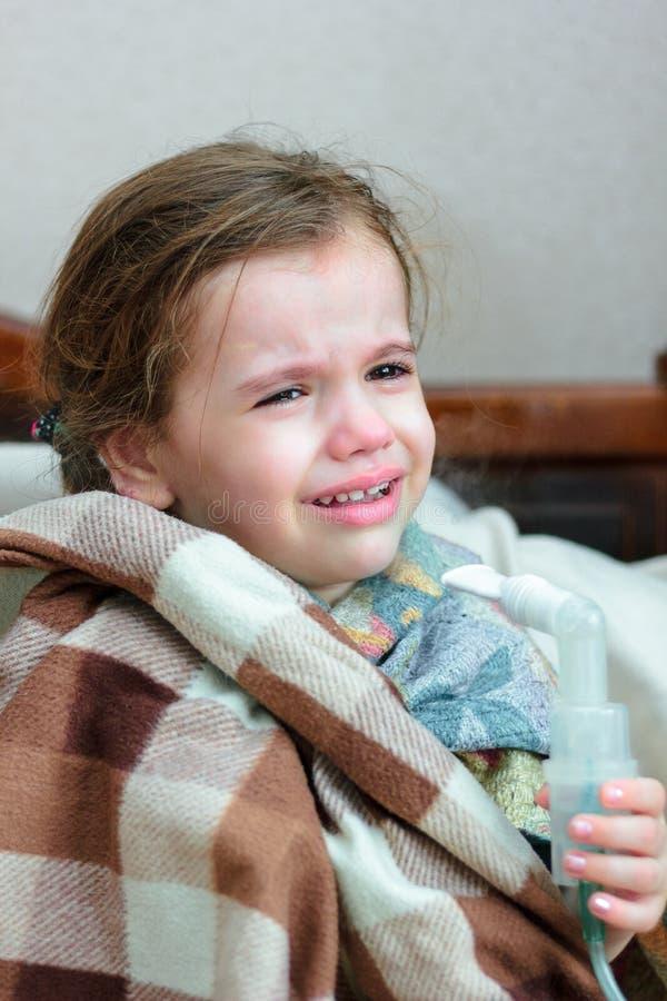 Dziecko z oddechową chorobą robi inhalaci z inhalatorem zdjęcie stock