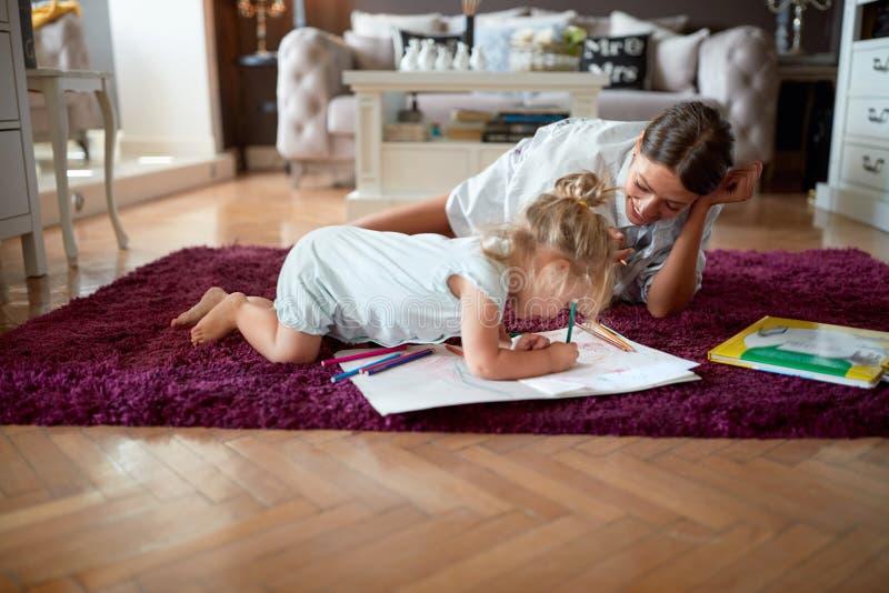 Dziecko z opiekunka do dziecka rysunkiem zdjęcia stock
