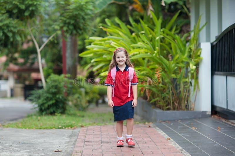 Dziecko z plecakiem dzieciak tylna szkoła zdjęcie stock