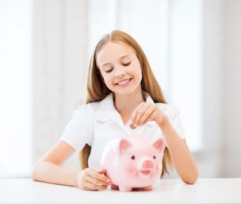 Download Dziecko Z Prosiątko Bankiem Obraz Stock - Obraz: 33876751