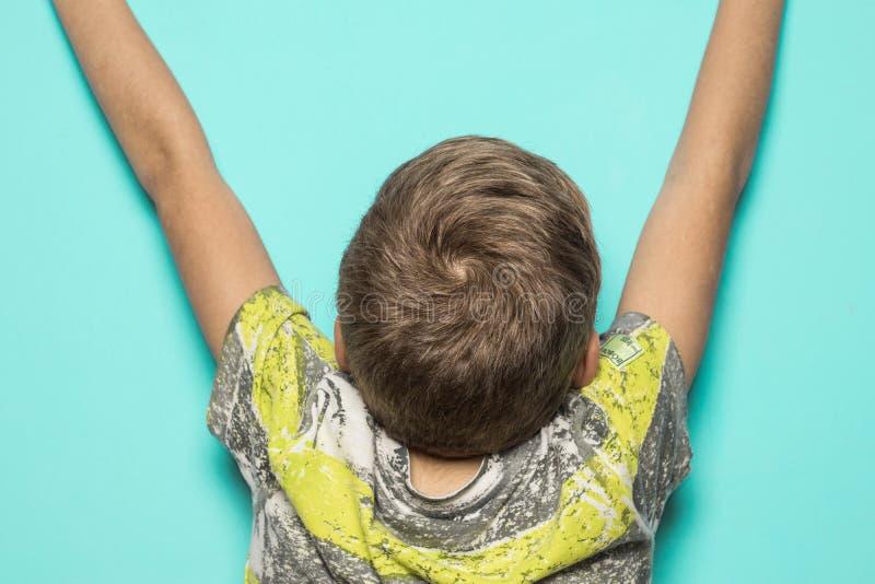 Dziecko z rękami podnosić na błękitnym tle obraz royalty free