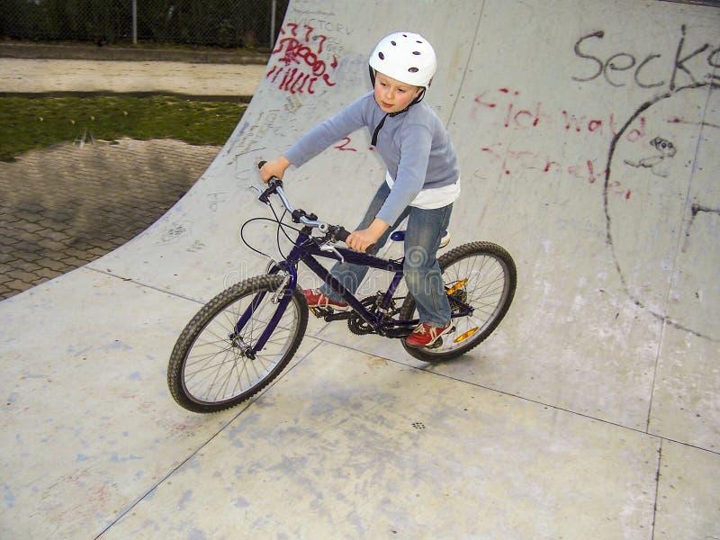 Dziecko z rowerem w przyrodniej drymbie zdjęcie royalty free