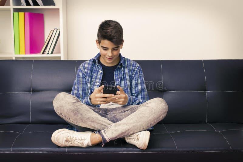 Dziecko z telefonem komórkowym w domu obrazy royalty free