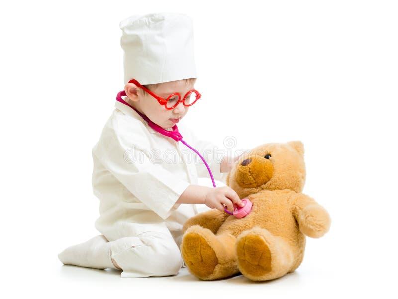 Dziecko z ubraniami bawić się z zabawką lekarka obraz royalty free