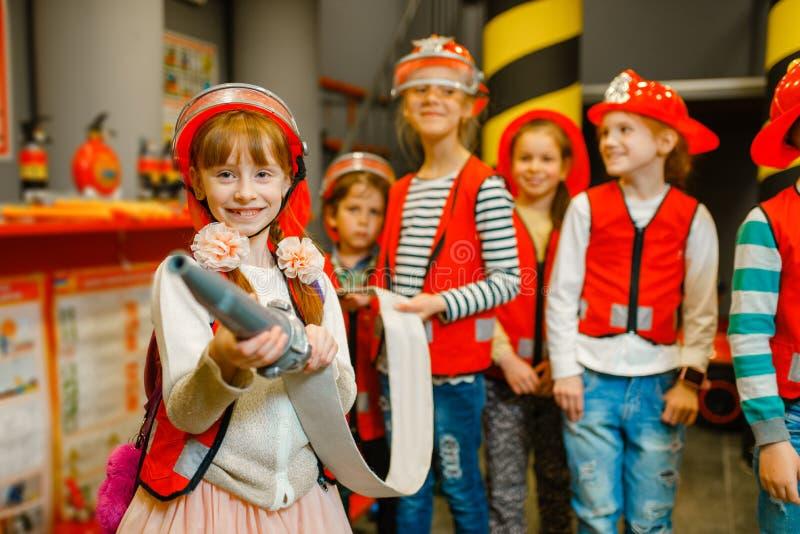 Dziecko z wężem elastycznym w rękach bawić się strażaka fotografia stock