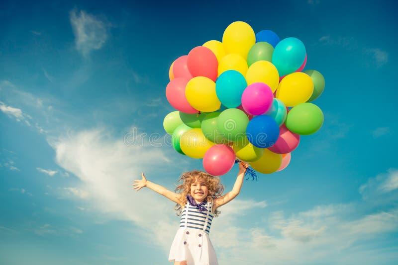 Dziecko z zabawką szybko się zwiększać w wiosny polu obrazy stock