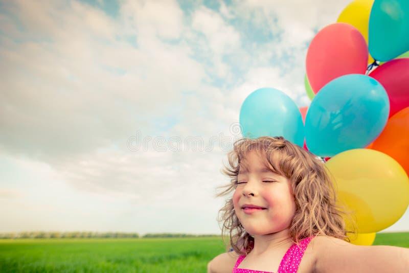 Dziecko z zabawką szybko się zwiększać w wiosny polu fotografia stock