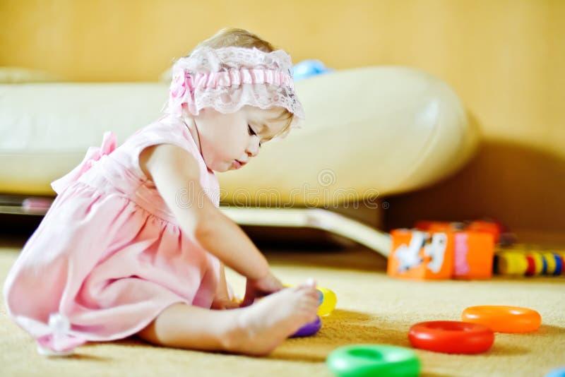 Dziecko z zabawkami zdjęcia royalty free