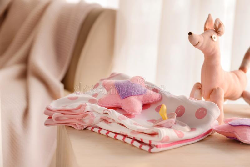 Dziecko zabawki na stole i ubrania obraz stock