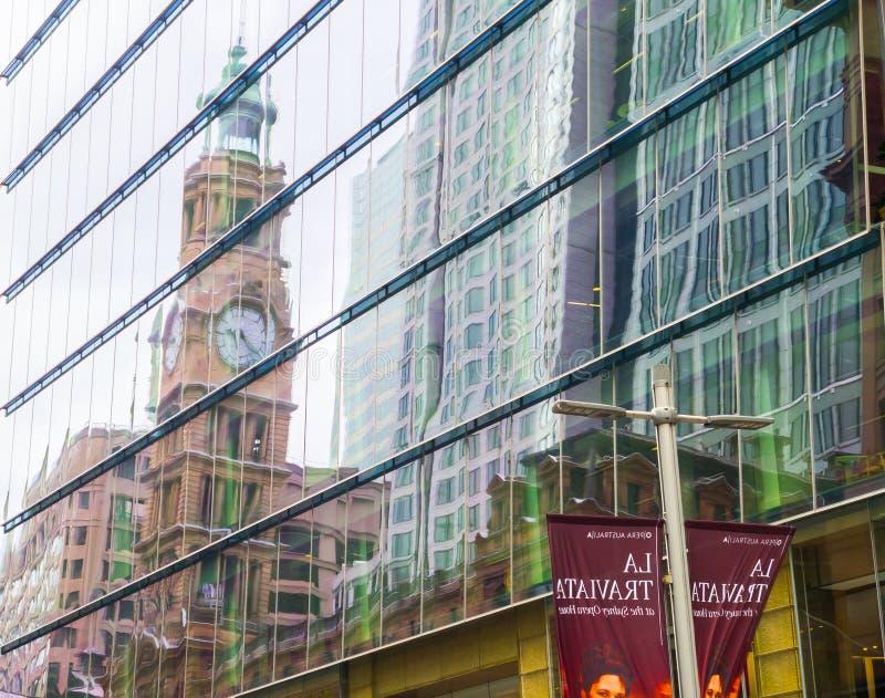 Dziedzictwa zegarowy wierza Ogólny urząd pocztowy GPO z swój odbiciem na nadokiennego szkła budynku przy Martin miejscem obrazy stock