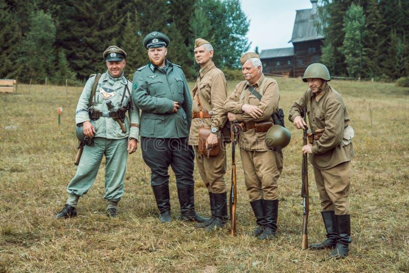 Dziejowa odbudowy drugi wojna światowa Żołnierze pozuje przy t zdjęcia stock