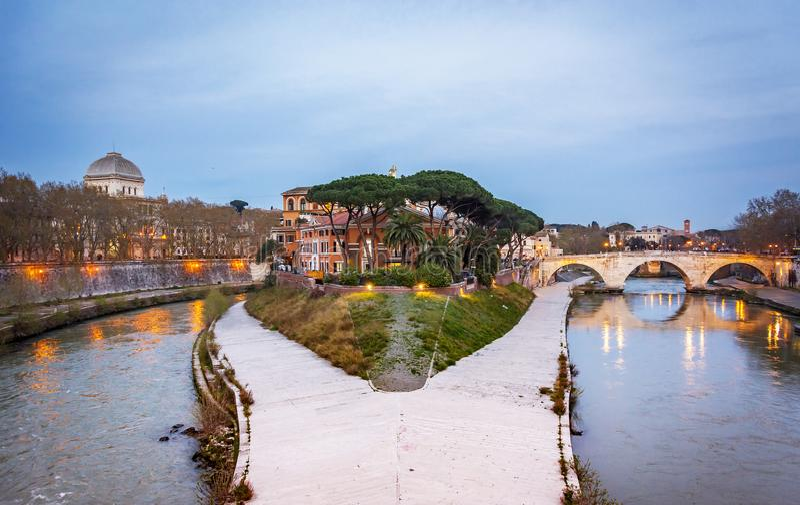 Dziejowa Tiber wyspa w Rzym fotografia stock