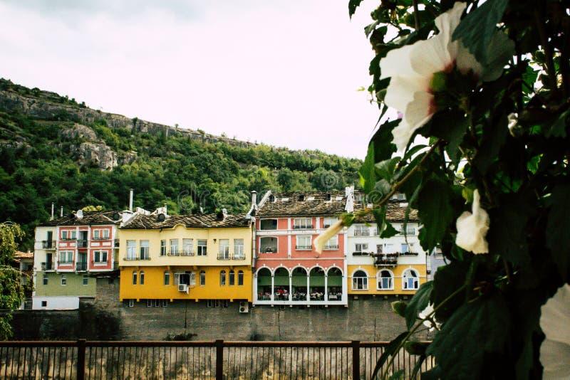 Dziejowe kolorowe budynek fasady nad rzeką i wzgórzem w Lovech, Bułgaria obraz stock