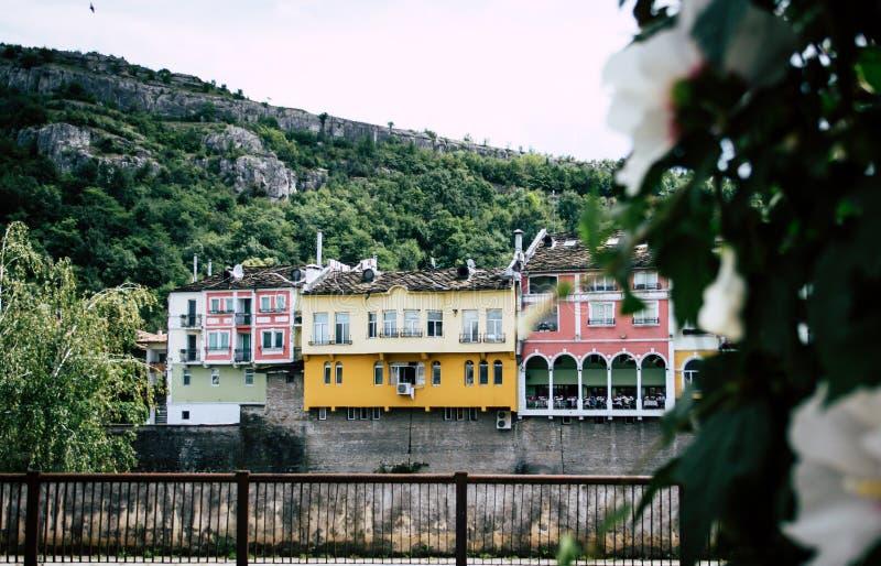 Dziejowe kolorowe budynek fasady nad rzeką i wzgórzem w Lovech, Bułgaria obrazy stock