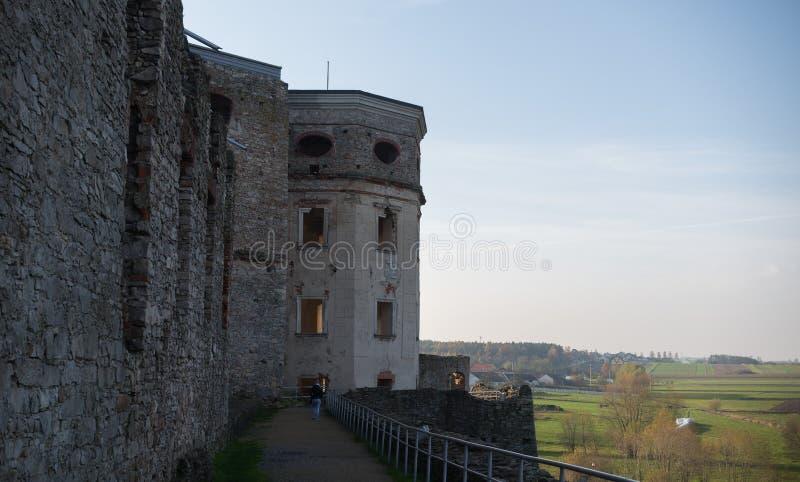 Dziejowe ruiny grodowy Krzyztopor w Swietokrzyskie, Polska zdjęcia stock