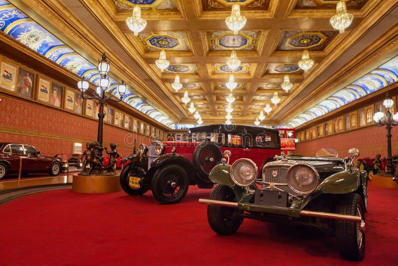 Dziejowi antykwarscy samochody i motocykle na pokazie przy Muzealnym Angkut zdjęcie stock