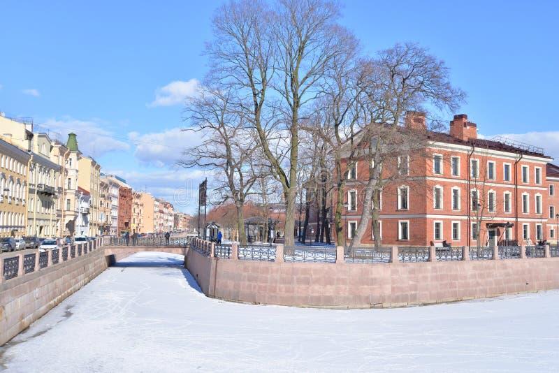 Dziejowi budynki w Nowej Holandia wyspie w St Petersburg fotografia stock
