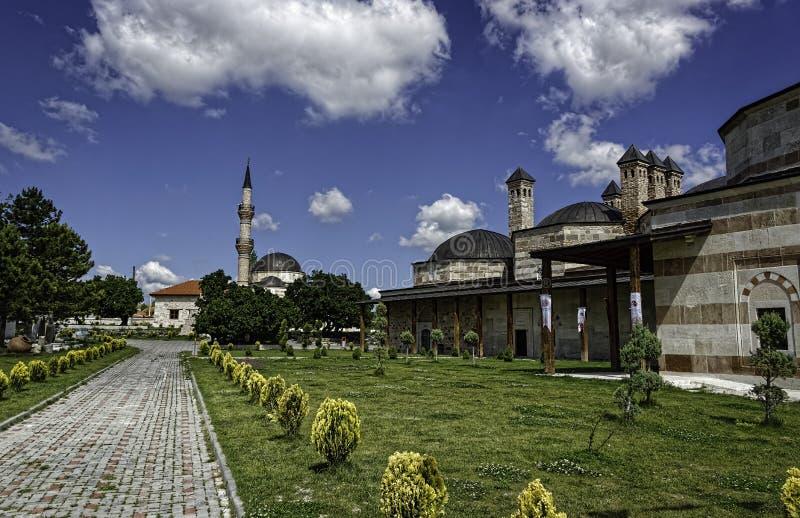 Dziejowi budynki w zielenieją krajobraz z niebieskim niebem i puszystymi chmurami fotografia stock