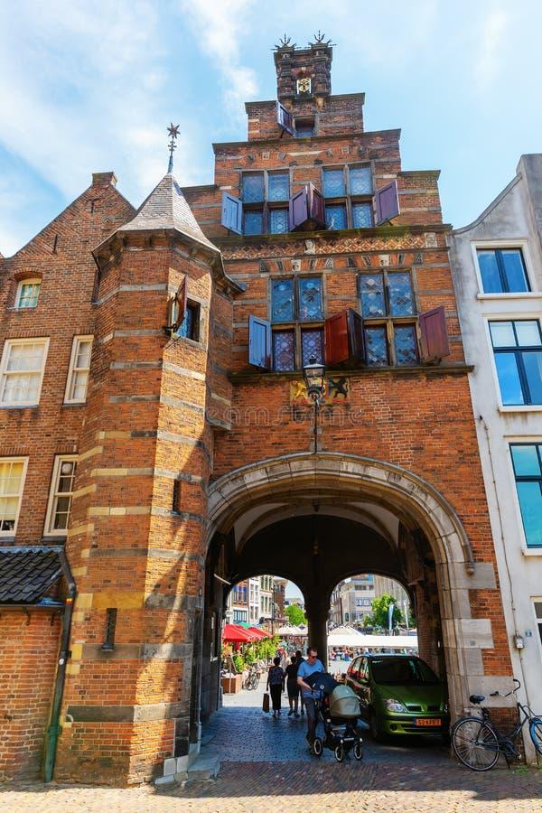 Dziejowi budynki z miasto bramą w centrum Nijmegen, holandie fotografia stock