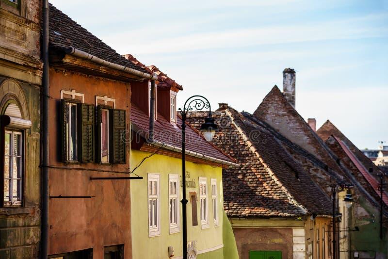 Dziejowi starzy budynki w średniowiecznym mieście Sibiu zdjęcie stock
