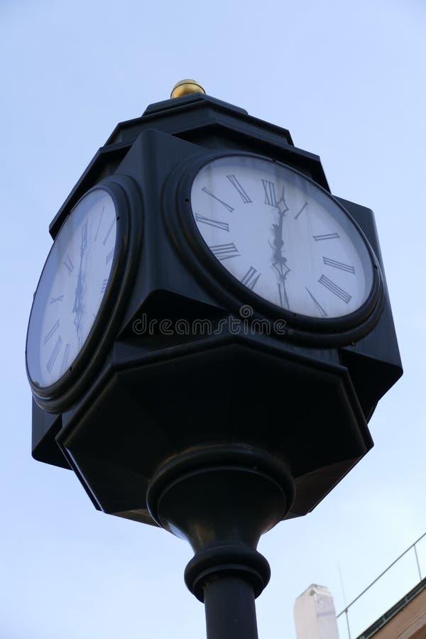 Dziejowy żelazny ulica zegar na wierza zdjęcia stock