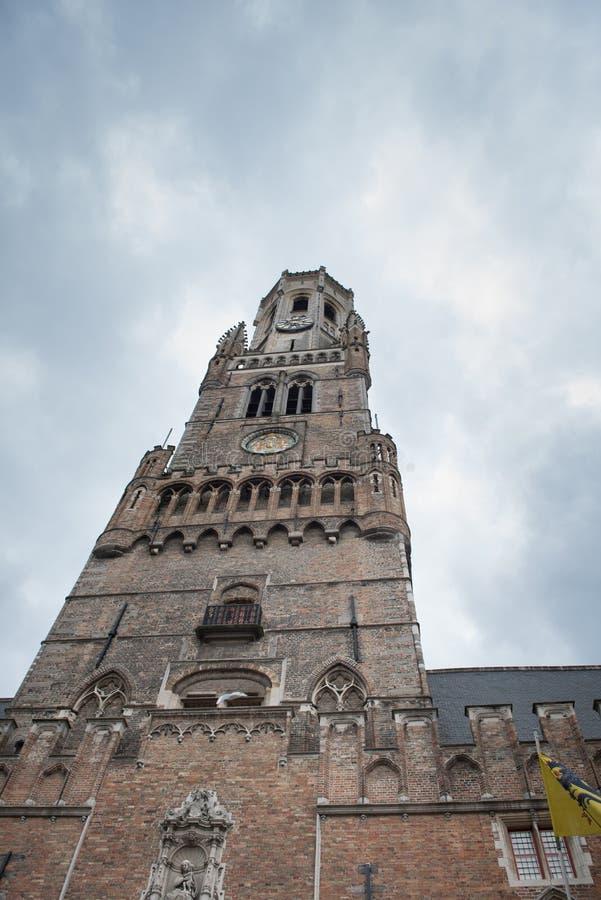 Dziejowy Bruges dzwonnicy dziejowy punkt zwrotny spod spodu - zdjęcie stock