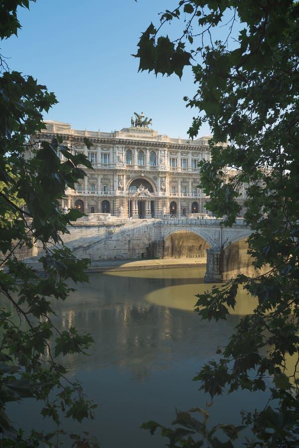 Dziejowy budynek, statuy i architektura szczegóły w Rzym, Włochy zdjęcia royalty free
